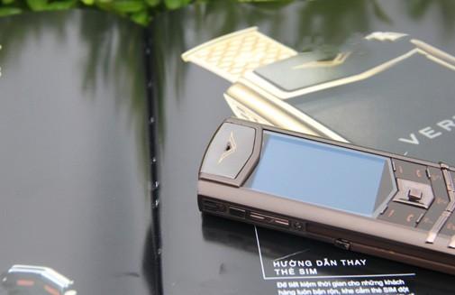 Hướng dẫn tháo lắp pin, thẻ sim ở điện thoại Vertu để khắc phục sự cố